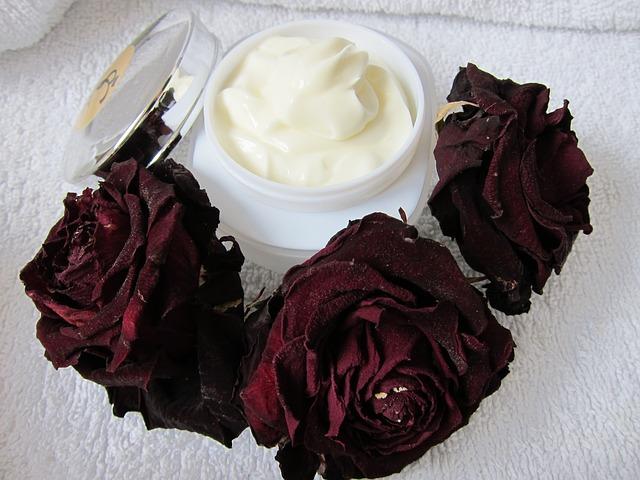 krém a růže