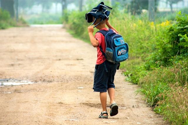 kluk s batohem