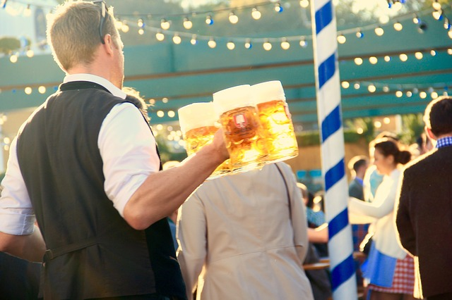 číšník s pivem