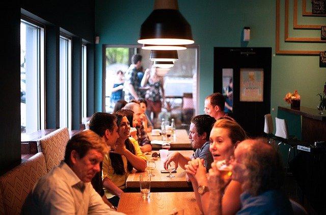 zaměstnanecká jídelna během oběda